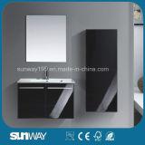 A vaidade fixada na parede nova do banheiro do dissipador dobro ajustou-se com espelho