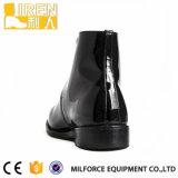 黒くよい摩耗の本革の新式の警察署の靴