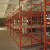 O armazenamento submete prateleiras longas da extensão do armazém