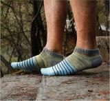 Ungerade Socken gefärbt Stricken in den Streifen-Form-Art-Knöchel-Socken