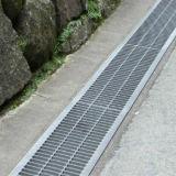 L'acqua di drenaggio del canale con griglia in acciaio