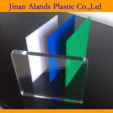 Placa acrílica transparente colorida da pilha e desobstruída diferente