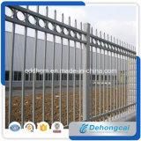 装飾的な塀、装飾用の塀、庭の塀、鉄道は錬鉄の塀または錬鉄の塀または鉄の囲に電流を通した