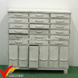Gabinetes de armazenamento de madeira brancos antigos da sala de visitas
