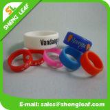 Forma personalizada que anuncia os anéis de dedo coloridos do silicone (SLF-SR017)