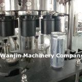 Завалка алюминиевой чонсервной банкы безалкогольного напитка и машина запечатывания