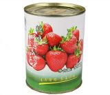 가벼운 시럽에 있는 통조림으로 만들어진 딸기