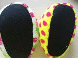 2つのカラー赤ん坊のパンの靴