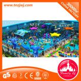 Campo de jogos interno do castelo impertinente comercial da ginástica da selva para miúdos