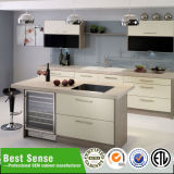 明白な合板の食器棚の映像