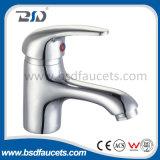 2つの穴のデッキによって取付けられる現代的な真鍮の洗面器水蛇口