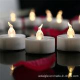 노란 불꽃 없는 LED는 수정같은 Tealight 촛대를 불빛에 비춰 조사한다