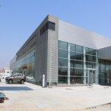 Costruzione della struttura d'acciaio con la parete di vetro della tenda per la sala d'esposizione dell'automobile