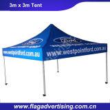 O fornecedor da prova da água e a resistência do vento estalam a barraca acima de acampamento