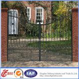 Porta do ferro da entrada da entrada de automóveis para o uso residencial
