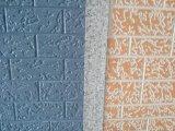 장식적인 외부 정면 판자벽에 의하여 돋을새김되는 벽