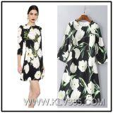 Form-Frauen, die Sprung-Herbst-Knie-Längen-Blumen-Kleid kleiden