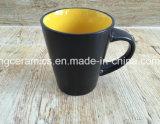 Tasse en céramique. La tasse de café neuve, couleur a glacé la tasse