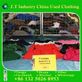 Verwendete Winter-Kleidung in verwendeter kleidender Sprung-Abnützung in Großbritannien