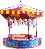 Afortunado lanzando la cabina del carnaval de los juegos del parque de atracciones de las monedas