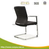 オフィスの椅子または会合の椅子か革張りのいす
