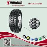 El vehículo de pasajeros pone un neumático los neumáticos de la polimerización en cadena