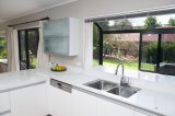 Cabina blanca y negra del lustre de la laca de cocina