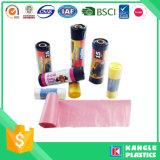 Sac d'ordures coloré de polyéthylène haute densité sur le roulis