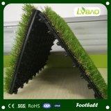 Decorazione esterna del giardino che collega le mattonelle artificiali dell'erba