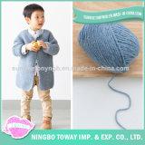 Tricotando manualmente a camisola de lãs do bebé do inverno dos miúdos