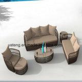 新しいデザインオットマン及び側面表(YT1055)とセットされる安い屋外の藤のテラスの家具のSingle&Double&Tripleのソファー