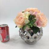 Rosa artificiale fiorisce la decorazione delle piante conservata in vaso