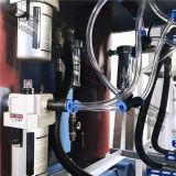 Bottiglia della bibita analcolica che fa le macchine, recipiente di plastica che fa macchina