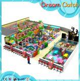 Campo da giuoco dell'interno del gioco dei capretti del giocattolo molle dei giochi con il raggruppamento della sfera
