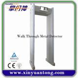 Alta caminata llana del marco de puerta de la sensibilidad 255 a través del detector de metales con la rueda