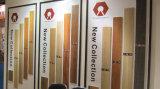 Ursprüngliches Holz, welches die Fliesen keramisch nach Badezimmer-Wänden sucht