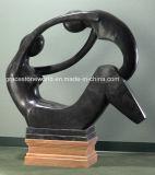 까만 대리석 손에 의하여 새겨지는 추상적인 조각품