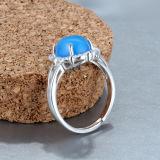 Calcedonia azul cristalina de las mujeres con el anillo de piedra natural embutido