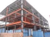 Almacén de la estructura de acero con la grúa (edificio de acero)