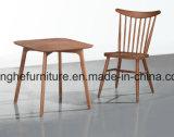 Таблица и стул древесины 610