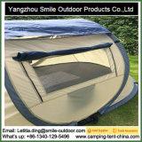 測地線ドームのキャンプの自動上は畳むテントをぽんと鳴らす