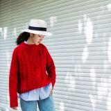 Le signore di modo lavorano a mano il formato medio del vestito dai lavori o indumenti a maglia del cardigan del maglione