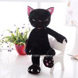 プラシ天は白いおもちゃおよび黒猫をからかう