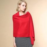 Las mujeres forman a color llano el 100% el mantón hecho punto de acrílico del invierno (YKY4517)