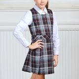 Les filles ont examiné la robe pour assurer les uniformes scolaires