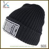 習慣によって刺繍される冬の帽子の帽子