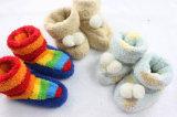 Calcetines antirresbaladizos del zapato de la casa de los bebés