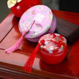 創造的なおよびパーソナリティー中国様式の赤い結婚式の好意ボックス、きれいなふさが付いている円形の錫のギフト用の箱