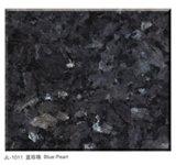 Galettes de granit de perle et tuiles et partie supérieure du comptoir bleues