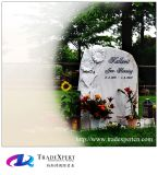 La mano occidentale di stile ha scavato il monumento del cimitero con il fiore di coltivazione a frana